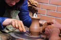 Slawischer Basar macht Tongefäße Töpfer in Handarbeit Stockbilder