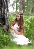 Slawisches heidnisches Mädchen in einem Sommerwald Lizenzfreie Stockfotografie