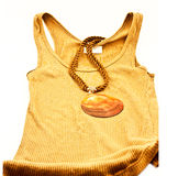 Sleaveless T-Stück und Halskette. Stockfoto