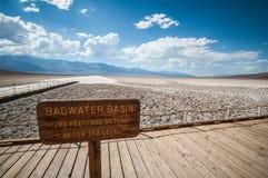 Slecht het waterbassin van de doodsvallei stock foto