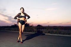 Slecht meisje met geschikt lichaam dat zwarte lingerie draagt Stock Fotografie