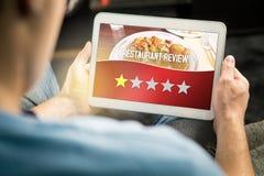 Slecht restaurantoverzicht Teleurgestelde en ontevreden klant stock foto's