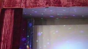 Slecht verfraaid stadium met lichten die zich op muur en plafond bewegen stock video