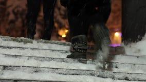 Slecht weer De mensen beklimmen de treden in een sneeuwval stock video