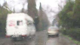 Slecht weer en regendalingen op het windscherm stock footage