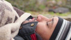 Slecht ziek op bank liggen en mannetje die, dakloosheid, ellende hoesten Close-up stock footage