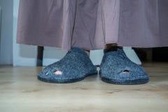 Slechte dame met gaten in haar schoenen Stock Afbeelding