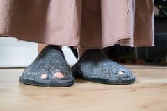 Slechte dame met gaten in haar schoenen Stock Afbeeldingen