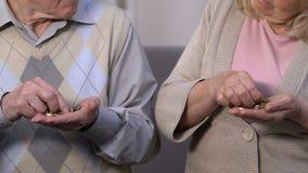 Slechte gepensioneerden die laatste geld, het gebrek van pensioneringsproblemen tellen van de betalingen van de staat stock videobeelden