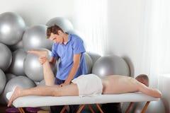 Slechte houding van masseur tijdens massage Stock Foto
