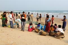 Slechte Indische vissers op het strand Stock Foto