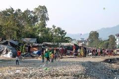 Slechte kinderen die in krottenwijken dichtbij Rishikesh, India spelen stock foto