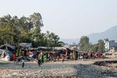 Slechte kinderen die in krottenwijken dichtbij Rishikesh, India spelen royalty-vrije stock foto's