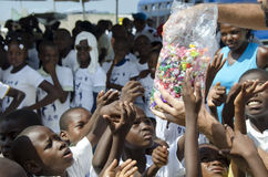 Slechte kinderen die suikergoed krijgen Stock Afbeeldingen