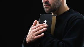 Slechte mens die heilige bijbel houden, die voor het betere leven, boetedoening van zonden, geloof hopen stock video