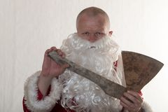 Slechte Santa Claus met een bijl Het concept pret en onverwachte reclame Royalty-vrije Stock Foto