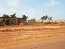 Slechte straten van Bamako, Mali met rode Arican-grond royalty-vrije stock afbeelding