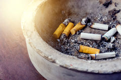 Slechte verslaving Asbakje en Sigaretten Stock Afbeeldingen
