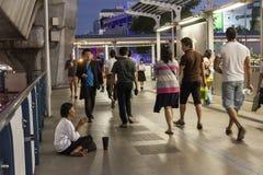 Slechte vrouw die in Bangkok bedelen stock afbeelding