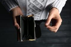 Slechte vrouw die leeg portefeuille en muntstuk houden stock afbeeldingen