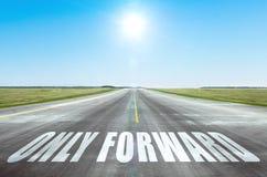 Slechts door:sturen Het concept volharding, sterkte van zal De weg met blauwe vooruit hemel en heldere zonnen stock fotografie