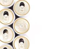Slechts kunnen de ongeopende dranken in rij van geopend kunnen Royalty-vrije Stock Afbeeldingen