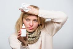 Slechts voor gebruik in de neus Het behandelen van koud virus of allergisch Rhinitis Zieke vrouw die neuskoude of allergie verzor stock foto's
