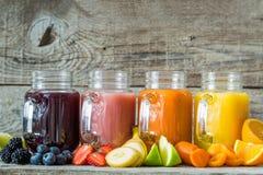 Slection av fruktsafter för ny frukt i krus royaltyfri fotografi