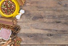 Sélection d'aliments pour chiens sur le fond en bois Photos stock