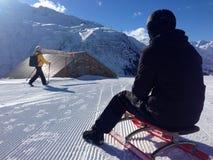 Sledder und Wanderer auf der Spur in Andermatt, die Schweiz Stockbild