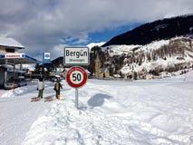 Sledders, die zu BergÃ-¼ n, die Schweiz, von der rodelnden Spur zurückkommen Lizenzfreie Stockfotos