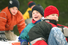sledding三的男孩 库存图片