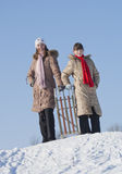 sledding二的愉快的姐妹 免版税库存照片