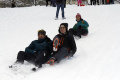 Sledding在小山下在一个冬日 免版税库存照片