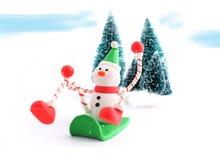 sledding的雪人 免版税库存图片