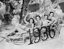 Новые Годы sledding партия (все показанные люди более длинные живущие и никакое имущество не существует Гарантии поставщика что т Стоковое Изображение