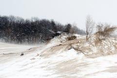 Sledding besegrar dyner på delstatsparken royaltyfri bild