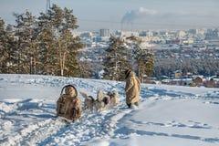 Sledding do cão é um bom entretenimento para cidadãos de Yakutsk fotos de stock royalty free