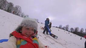 Sledding en bas de la colline avec la came d'action clips vidéos