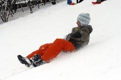 Sledding en bas des collines un jour d'hiver Photos stock