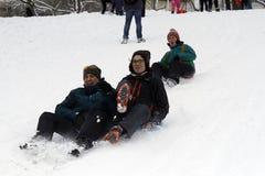 Sledding en bas des collines un jour d'hiver Photos libres de droits