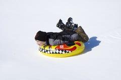 Sledding en nieve imagenes de archivo
