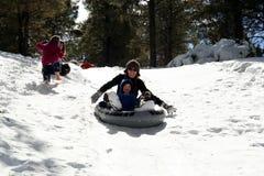 sledding litet barn för mom Fotografering för Bildbyråer