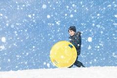 sledding tidvinter Arkivfoton
