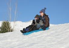 sledding tillsammans Fotografering för Bildbyråer