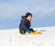 Sledding zur Winterzeit stockfotos