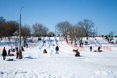 Sleddingsheuvel met een dag weg in het landgoed van Kolomenskoye, Moskou, Rusland, 24 Februari, 2013 Stock Afbeeldingen