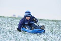 Sledging auf erstem Schnee stockbild