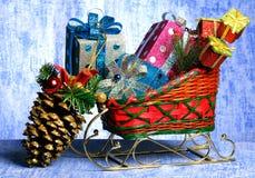 Slee met giften en speelgoed aan een bont-boom van Kerstmis Royalty-vrije Stock Afbeelding