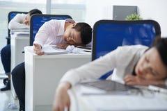Sleeeping в офисе Стоковые Фотографии RF